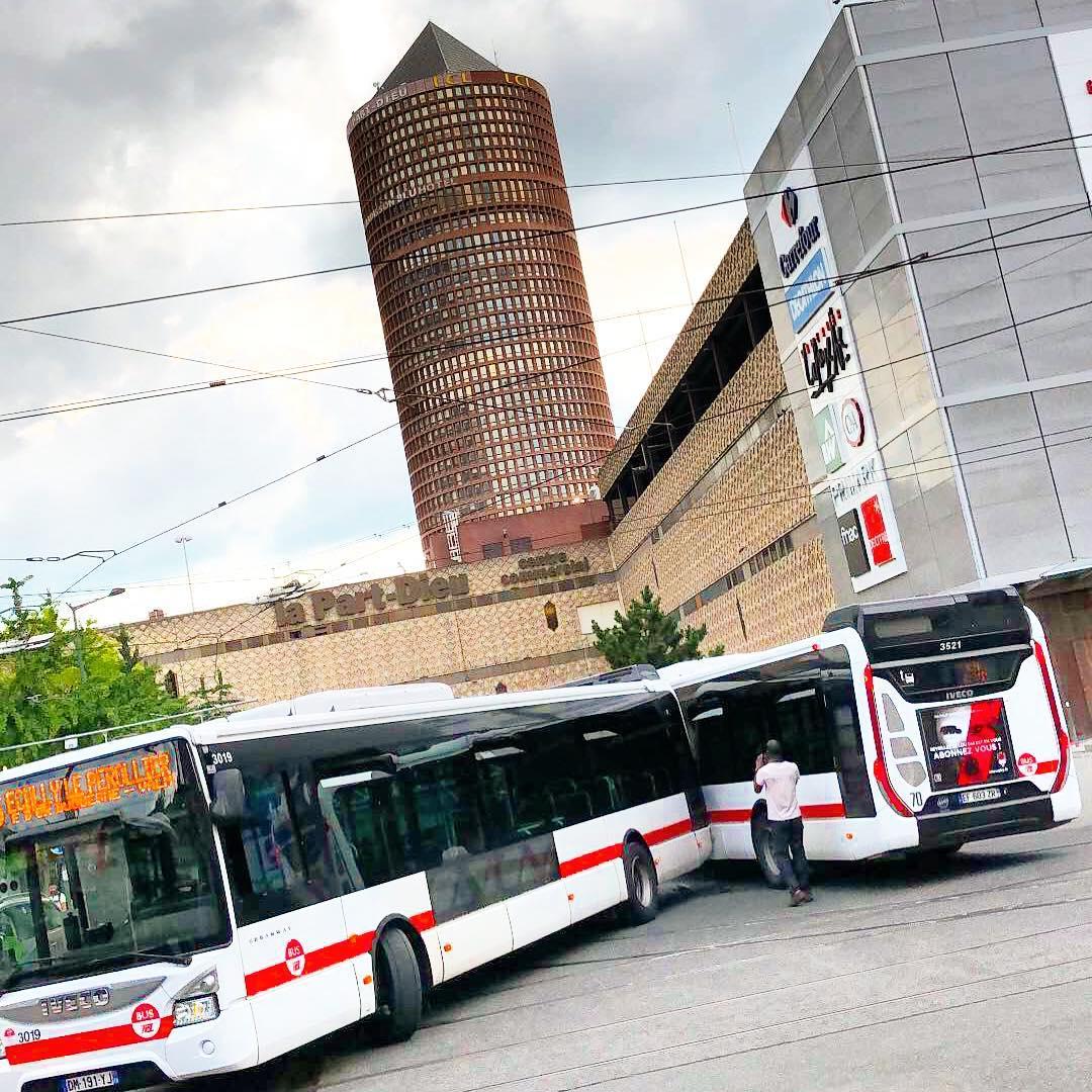 Dans les rues de ️ parcours raté ! Deux bus se tamponnent ! 🌳🌞 ️